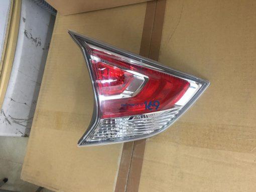 Đèn hậu miếng trong trái Nissan Xtrail